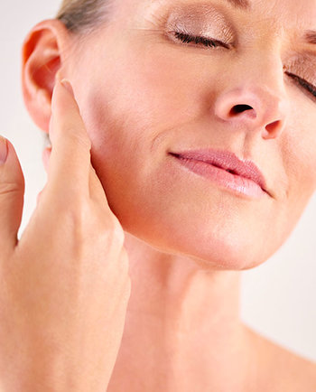 Менопауза: защо усещам кожата си по-суха на 50, отколкото на 30 години?